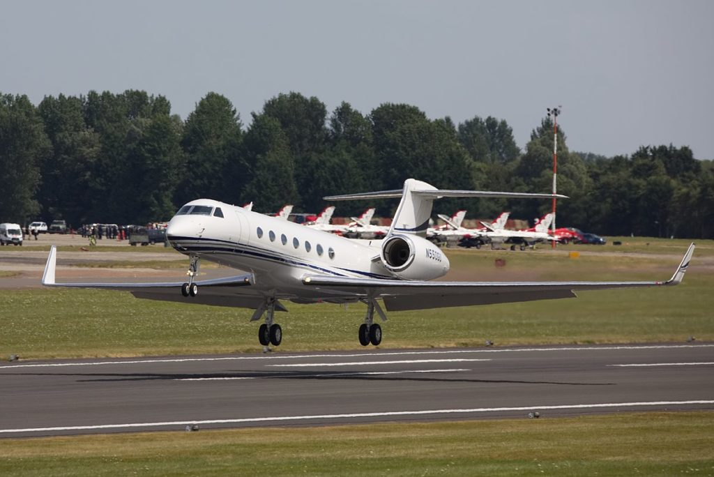 Gulfstream G550 private jet about to land